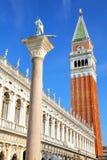 Vista vicina del campanile del ` s di St Mark, st Teodoro II della statua di Amasea Fotografia Stock