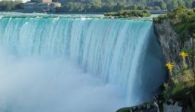 Vista vicina del cascate del Niagara dal lato canadese immagine stock