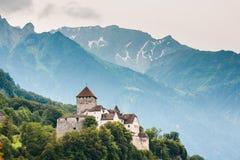 Vista vicina del castello di Vaduz e delle alpi, Liechtenstein Immagine Stock
