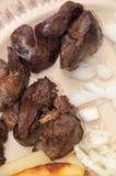 Vista vicina del fegato di pollo fritto con le fritture immagini stock