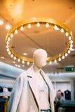 Vista vicina del manichino vestita in abbigliamento casual femminile della donna I Immagine Stock Libera da Diritti