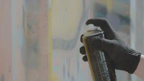 Vista vicina della mano in guanti neri che disegnano i graffiti sulla parete con il pallone archivi video