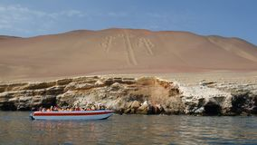 Vista vicina delle linee di un Nazca del candeliere conosciute come i candelabri di Paracas, candelabri delle Ande immagini stock