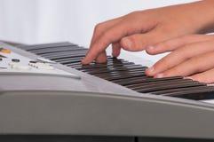 Vista vicina delle mani sulla tastiera elettrica Immagine Stock