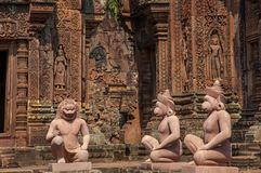 Vista vicina delle sculture e delle statue esteriori, Banteay Srei, Cambo immagini stock