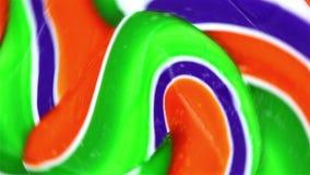 Vista vicina di un lollypop verde che fila nei cerchi stock footage