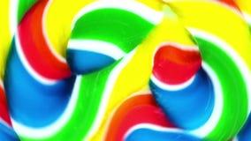 Vista vicina di un lollypop vibrante che fila nei cerchi stock footage