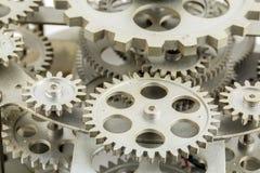 Vista vicina di vecchio meccanismo dell'orologio con gli ingranaggi ed i denti immagine stock libera da diritti