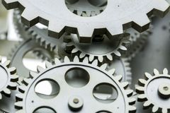 Vista vicina di vecchio meccanismo dell'orologio con gli ingranaggi ed i denti fotografia stock libera da diritti