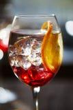 Vista vicina a rinfrescare cocktail rosso con l'arancia fotografie stock