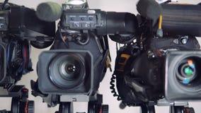 Vista vicina su tre macchine fotografiche differenti in una fila archivi video
