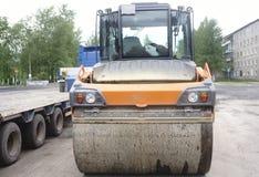 Vista vicina sul rullo compressore che lavora al nuovo sito della costruzione di strade riparazione immagini stock