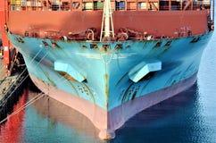 Vista vicina sull'arco della nave porta-container fotografia stock