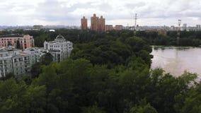 Vista video aérea do rio dilapidado de Moscou perto do parque verde da cidade vídeos de arquivo