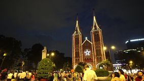 Vista video na catedral de Notre-Dame (Nha Tho Duc Ba) em Ho Chi Minh City no dia do Feliz Natal filme