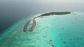 Vista volante aerea del fuco della spiaggia sabbiosa bianca delle Maldive sull'isola tropicale soleggiata di paradiso video d archivio