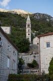 Vista von Perast mit Kirche und Häuser und Klippe, Montenegro Lizenzfreies Stockfoto