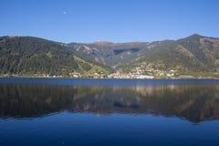 A vista a Zell Am considera o lago Zell & Kitzsteinhorn Foto de Stock