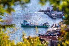 Vista zumata del peschereccio nella baia di Sariyer Sariyer è un distretto di Costantinopoli immagini stock