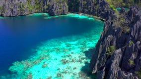 Vistas aéreas em lagoas gêmeas esmeraldas bonitas na ilha de Coron, Palawan, Filipinas filme