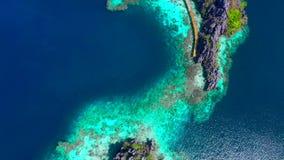 Vistas aéreas em lagoas gêmeas esmeraldas bonitas na ilha de Coron, Palawan, Filipinas video estoque