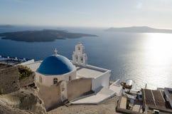 Vistas bonitas da igreja de Fira fotos de stock royalty free