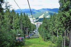 Vistas bonitas das montanhas Carpathian, povos no ropeway, elevador fotos de stock royalty free