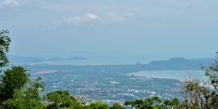 Vistas bonitas do mar, das montanhas e das casas da altura da Buda grande do templo Foto de Stock Royalty Free