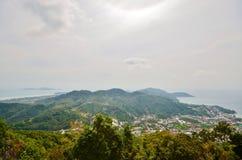 Vistas bonitas do mar, das montanhas e das casas da altura da Buda grande do templo Fotografia de Stock Royalty Free