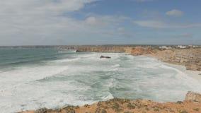 Vistas bonitas do Oceano Atlântico e das rochas na baía fora da costa de Portugal Um lugar perto da cidade de filme