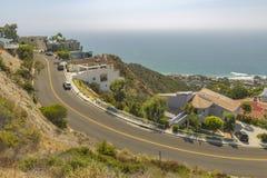 Vistas costeras de hogares en el Laguna Beach California Imagen de archivo libre de regalías
