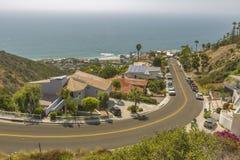 Vistas costeras de hogares en el Laguna Beach California que mira cuesta abajo en vecindad residencial Imagenes de archivo