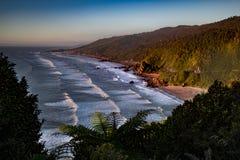 Vistas costeras y rocas de Nueva Zelanda d Y fotografía de archivo
