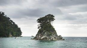 Vistas costeras y rocas de Nueva Zelanda d Y fotografía de archivo libre de regalías