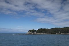 Vistas costeras y rocas de Nueva Zelanda d Y foto de archivo