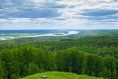 Vistas da floresta e do rio com montanhas foto de stock royalty free