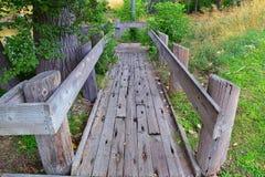 Vistas da ponte da trilha de Jordan River Trail Pedestrian e do trem com árvores circunvizinhas, azeitona de russo, cottonwood e  foto de stock royalty free