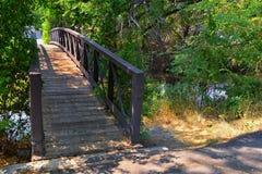 Vistas da ponte da trilha de Jordan River Trail Pedestrian e do trem com árvores circunvizinhas, azeitona de russo, cottonwood e  imagens de stock