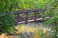 Vistas da ponte da trilha de Jordan River Trail Pedestrian e do trem com árvores circunvizinhas, azeitona de russo, cottonwood e  imagem de stock