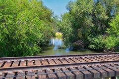 Vistas da ponte da trilha de Jordan River Trail Pedestrian e do trem com árvores circunvizinhas, azeitona de russo, cottonwood e  fotos de stock royalty free