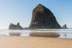 Vistas da rocha enorme do monte de feno na praia do canhão, Oregon, EUA fotos de stock royalty free