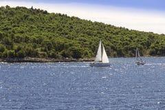 Vistas de Croacia Travesía entre la fractura y la isla Hvar Foto de archivo libre de regalías
