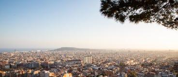 Vistas de la ciudad de Barcelona y del mar Mediterráneo durante puesta del sol imágenes de archivo libres de regalías
