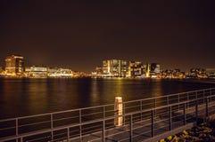 Vistas de la ciudad de Amsterdam en la noche Vistas generales del paisaje de la ciudad Fotos de archivo