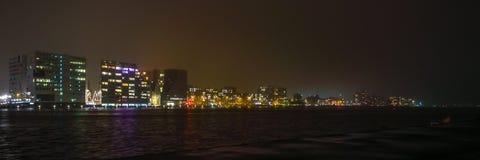 Vistas de la ciudad de Amsterdam en la noche Vistas generales del paisaje de la ciudad Fotografía de archivo
