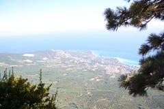 Vistas de la costa de mar con las altas monta?as imagenes de archivo