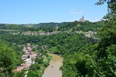 Vistas de la fortaleza de Tsarevets y del valle del río Jantar Fotos de archivo libres de regalías