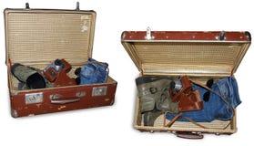 2 vistas de la maleta del vintage con la cámara, las botas, los vaqueros viejos y los sunglass aislados en blanco, trayectoria de Foto de archivo libre de regalías