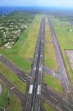Vistas de la pista del aterrizaje que llegan el aeropuerto de Hilo Fotografía de archivo libre de regalías