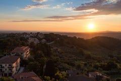 Vistas de la puesta del sol de Montescudaio imagenes de archivo